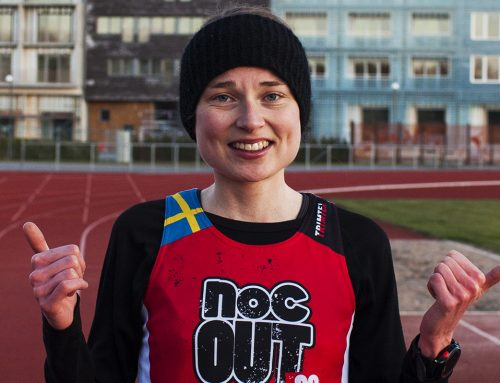 Lisa springer vidare med Trail-VM besked, trailar och kvittrar som leende fåglar